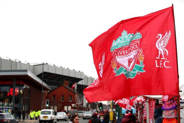 Những chiếc cờ Liverpool, khăn lưu niệm, ghim đính áo... được bày bán ngoài Anfield trước giờ bóng lăn. Với người hâm mộ Liverpool, trận cầu với Man Utd luôn là trận đấu quan trọng nhất của Premier League bởi đây là đối thủ không đội trời chung