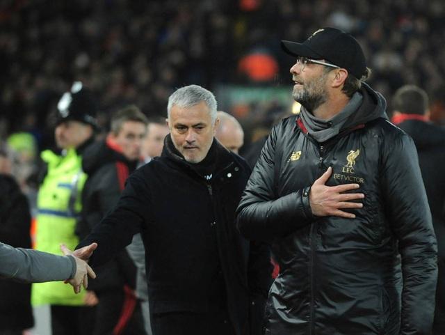 Mourinho và Klopp tới chào nhau trước giờ bóng lăn
