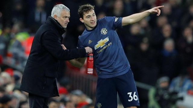 Mourinho gọi Darmian ra chỉ đạo, chiến lược gia người Bồ Đào Nha sắp xếp đội hình khá thấp với nhiều cầu thủ phòng ngự