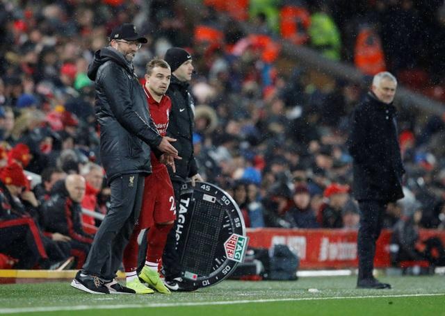 Khoảnh khắc Shaqiri được tung vào sân thay Keita ở phút 70, trong lúc chờ thay người Klopp vẫn tỏ ra tiếc nuối về một cơ hội của đội nhà