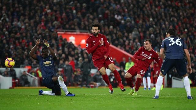 Tới phút 80, Shaqiri lại sút tung lưới Man Utd, Bailly hỗ trợ đối thủ ghi bàn