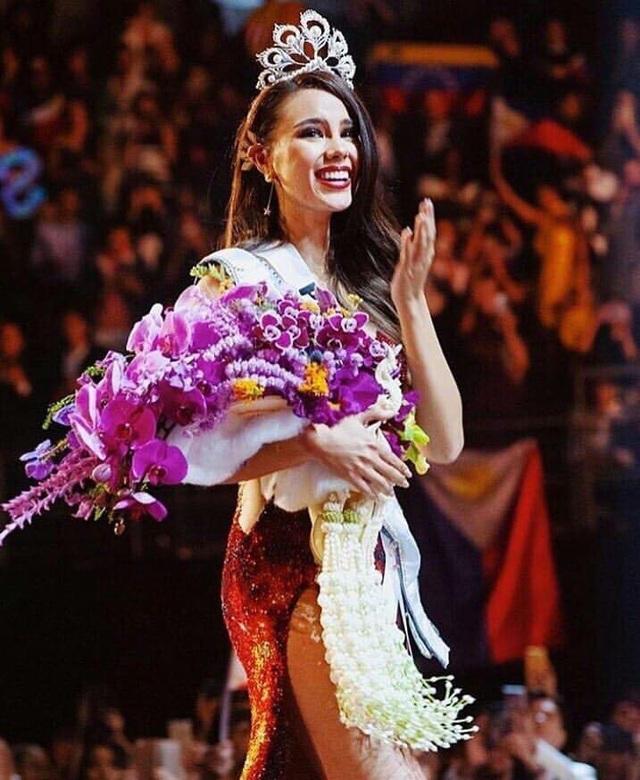 Catriona Gray vẫy tay chào người hâm mộ và khán giả đã cố vũ, động viên cô.