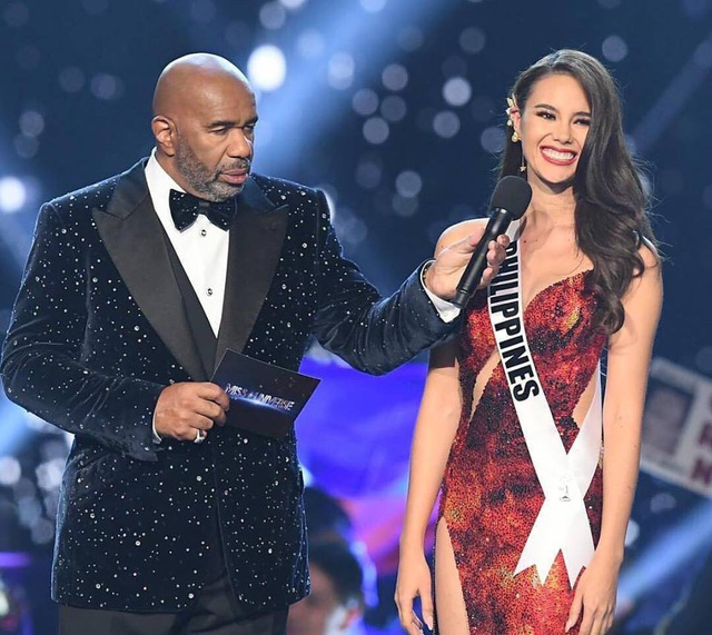 Catriona Gray trả lời câu hỏi ứng xử cuối cùng trước khi chạm tay vào vương miện Hoa hậu Hoàn vũ 2018.