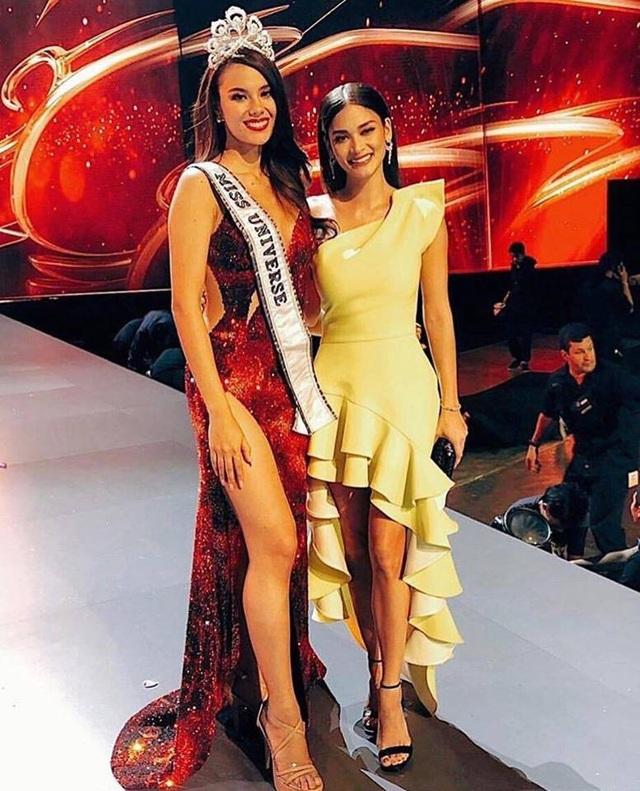 Hoa hậu Catriona Gray chụp ảnh cùng cựu hoa hậu hoàn vũ Pia Wurtzbach sáu chung kết Hoa hậu hoàn vũ 2018.