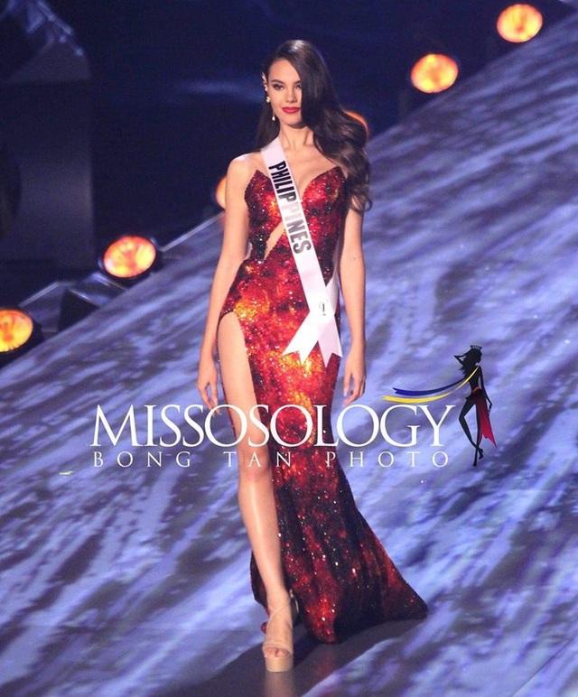 Người đẹp 24 tuổi sải bước đầy kiêu hãnh trong phần thi trình diễn trang phục dạ hội.