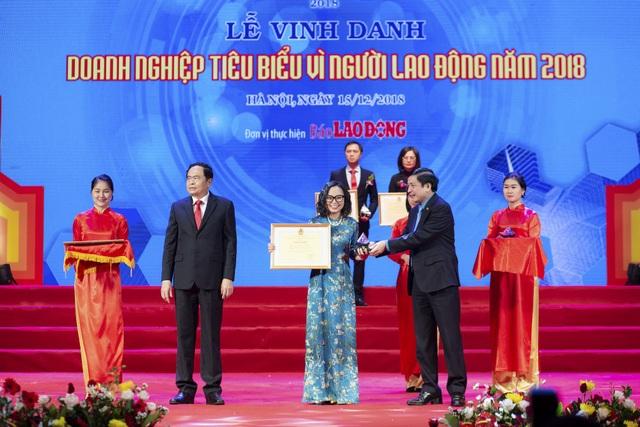 Chủ tịch UB Trung ương MTTQ Việt Nam Trần Thanh Mẫn (trái) và Chủ tịch Tổng Liên đoàn lao động Việt nam Bùi Văn Cường trao giải thưởng vinh danh Phenikaa vì những nỗ lực chăm lo cho người lao động
