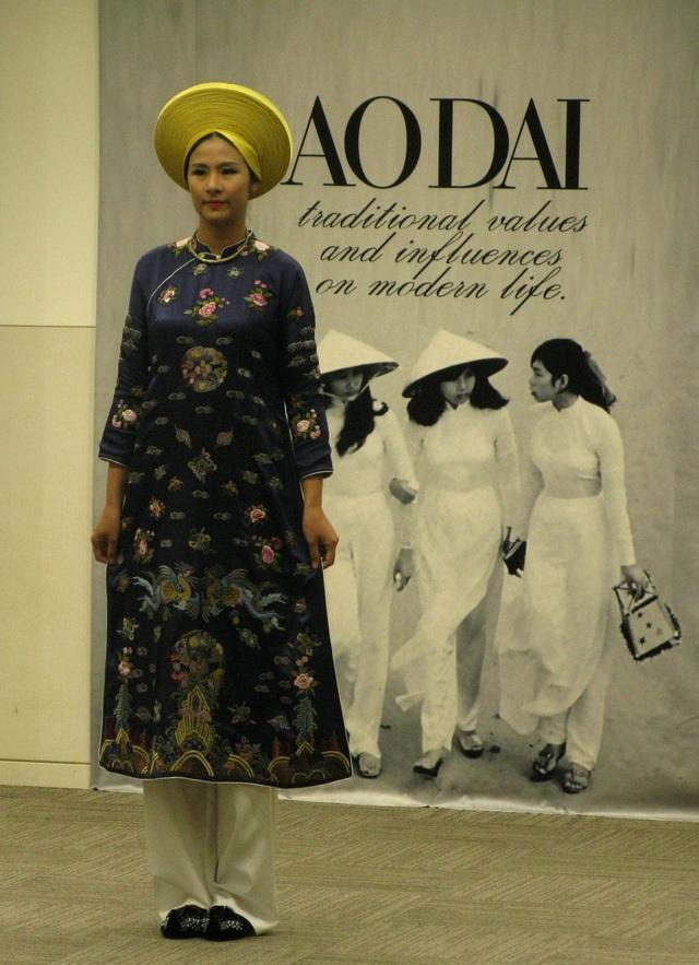 Hoa hậu Ngọc Hân trong bộ áo dài mang tinh thần của Nam Phương Hoàng Hậu, phong cách áo dài cuối thế kỷ 19.