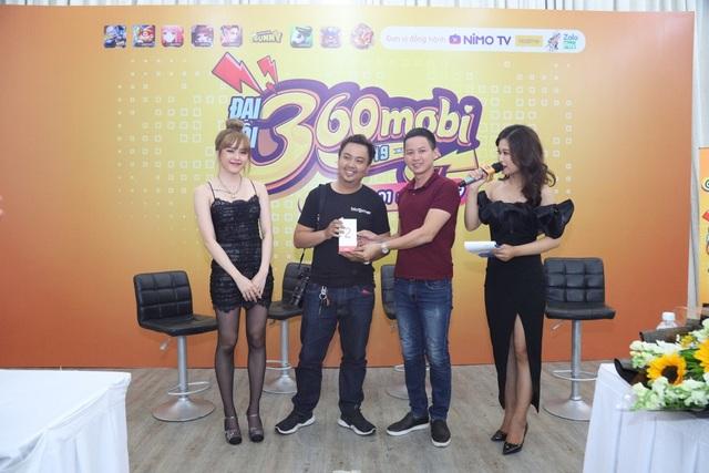 Đại diện Realme và ca sĩ Thiều Bảo Trâm trao giải rút thăm may mắn trong sự kiện công bố Đại Hội 360mobi