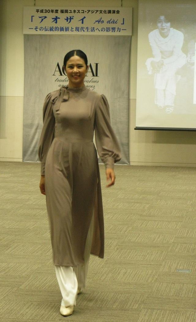 Hoa hậu Ngọc Hân trong bộ áo dài Le Mur.
