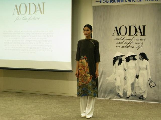 Quán quân Next top model Kim Dung trong bộ áo dài bằng vải Kimono có tuổi đời hơn 100 năm.
