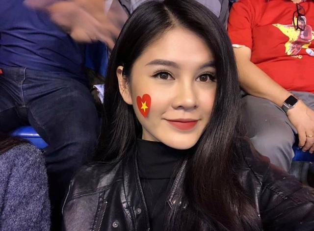 """Ngay sau chiến thắng của đội tuyển Việt Nam, Thu Hoài đã đăng dòng trạng thái: """"Vỡ oà, tự hào quá Việt Nam ơi""""."""