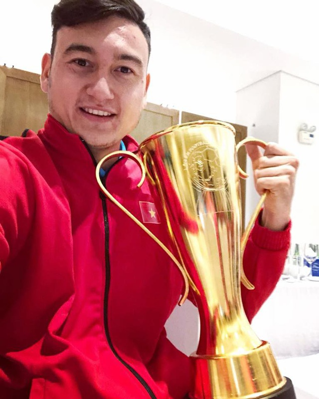 Thủ môn Đặng Văn Lâm chụp ảnh cùng chiếc cup AFF
