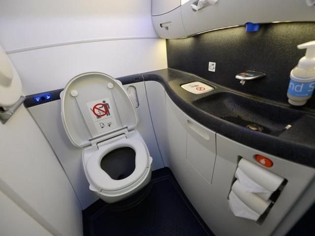 Tại sao không được sử dụng nhà vệ sinh khi máy bay cất và hạ cánh? - 2