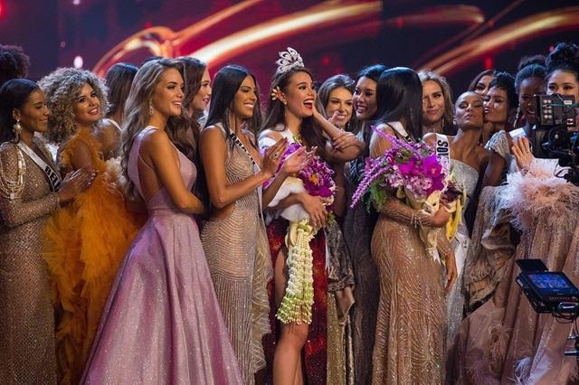 Trong khi các người đẹp đang gửi lời chúc mừng tân hoa hậu hoàn vũ thì HHen Niê dành một nụ hôn má đầy cảm xúc cho Á hậu 1 cuộc thi năm nay - Hoa hậu Nam Phi ở phía sau.