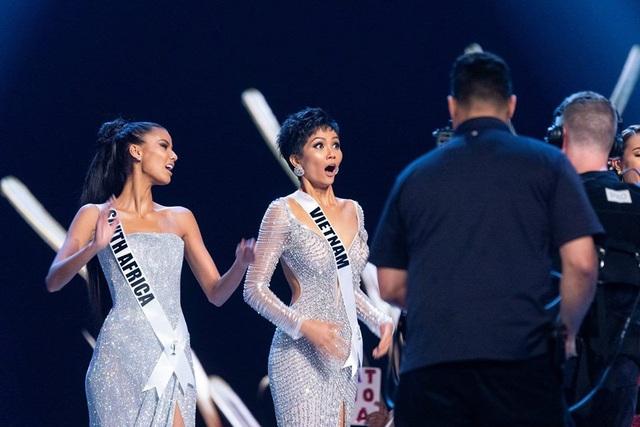 HHen Niê bất ngờ khi là thí sinh thứ hai được gọi tên trong top 5 Hoa hậu hoàn vũ 2018.