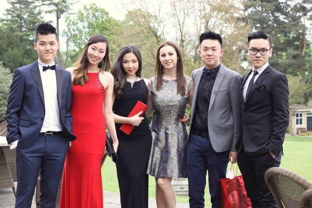 Khi Linh Nga tu nghiệp tại Trung Quốc, Hùng Minh (ngoài cùng bên trái) là người ở bên bố mẹ, và chỉ sau khi chị gái trở về Việt Nam, Hùng Minh mới theo đuổi việc học tại Singapore và sau đó là Anh Quốc.