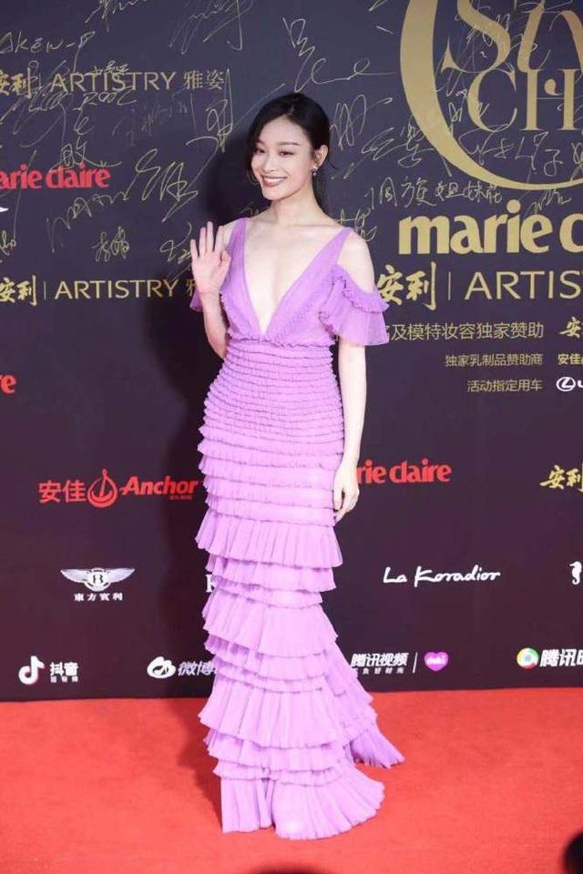 Siêu mẫu Trung Quốc - Ni Ni chọn váy màu tím cho sự kiện này.