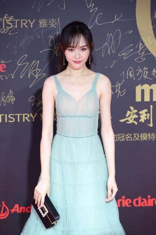 Sau khi kết hôn vào mùa thu năm nay, Đường Yên trở nên kín tiếng. Đây là một trong những sự kiện giải trí hiếm hoi mà cô góp mặt kể từ khi lên xe hoa.