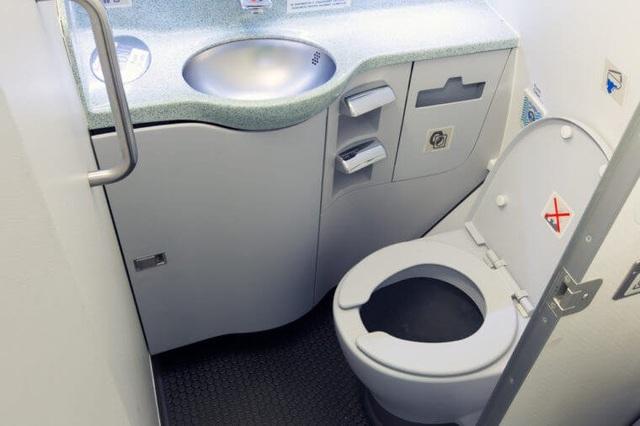 Không sử dụng nhà WC vào thời điểm máy bay cất và hạ cánh