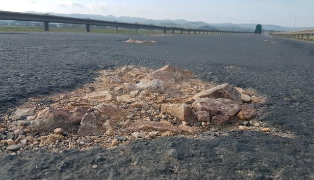 Nhiều điểm vá, đá cục trơ trên mặt đường QL1