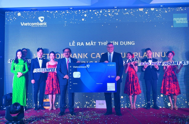 Hôm nay 18/12, Ngân hàng TMCP Ngoại thương Việt Nam (Vietcombank) và American Express chính thức ra mắt sản phẩm thẻ Vietcombank Cashplus Platinum American Express với ưu đãi hoàn tiền không giới hạn và những đặc quyền vượt trội về phong cách sống đẳng cấp.