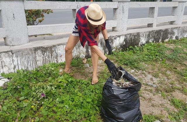 """Hàng chục khách nước ngoài """"mướt mồ hôi"""" nhặt rác trên bãi biển Nha Trang - 6"""