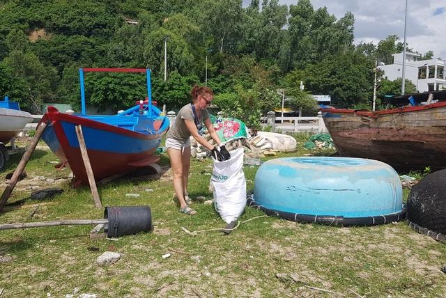"""Hàng chục khách nước ngoài """"mướt mồ hôi"""" nhặt rác trên bãi biển Nha Trang - 2"""