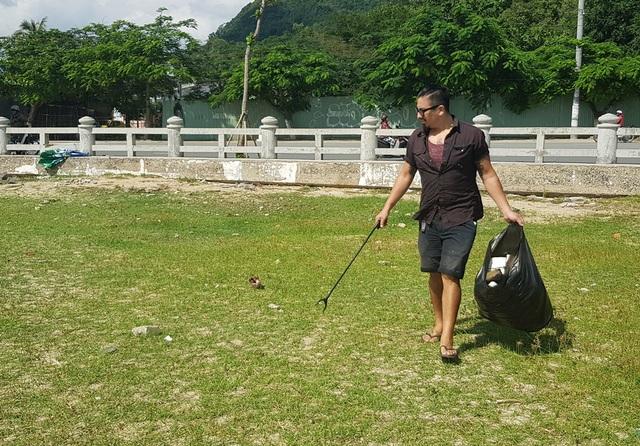 """Hàng chục khách nước ngoài """"mướt mồ hôi"""" nhặt rác trên bãi biển Nha Trang - 1"""