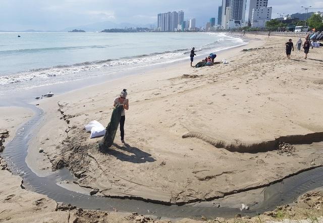 """Hàng chục khách nước ngoài """"mướt mồ hôi"""" nhặt rác trên bãi biển Nha Trang - 3"""
