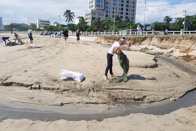 """Hàng chục khách nước ngoài """"mướt mồ hôi"""" nhặt rác trên bãi biển Nha Trang - 4"""