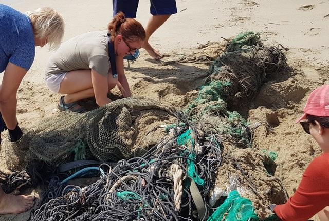 """Hàng chục khách nước ngoài """"mướt mồ hôi"""" nhặt rác trên bãi biển Nha Trang - 5"""