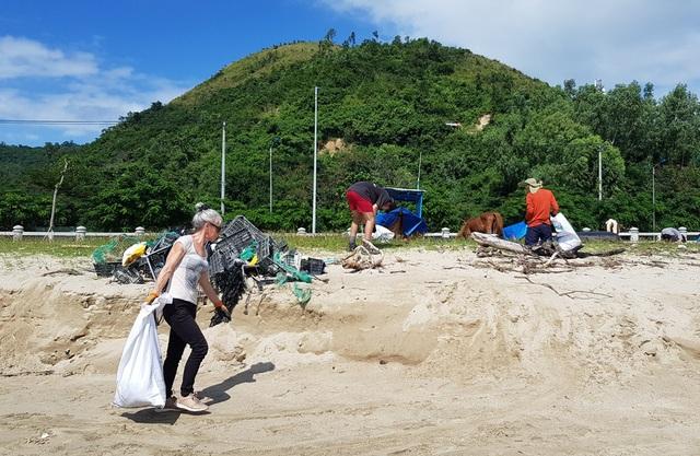 """Hàng chục khách nước ngoài """"mướt mồ hôi"""" nhặt rác trên bãi biển Nha Trang - 7"""