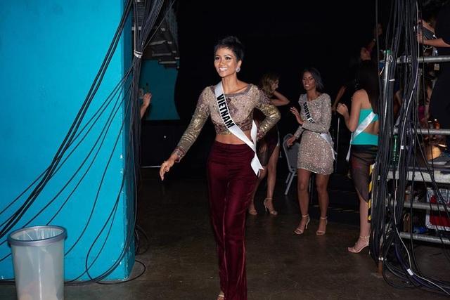 HHen Niê đáng yêu trong hậu trường của cuộc thi Hoa hậu Hoàn vũ 2018.