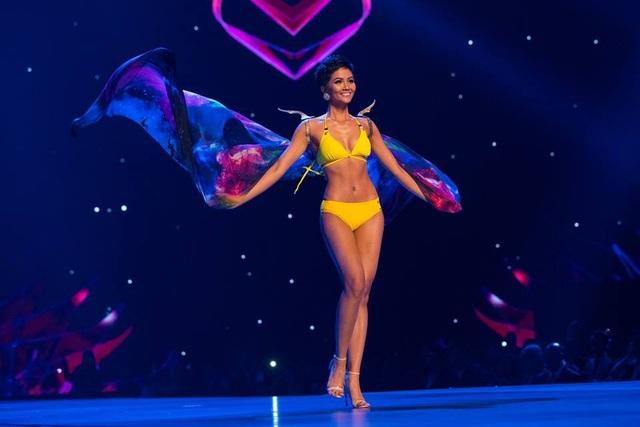 Ban giám khảo Hoa hậu Hoàn vũ 2018 cũng chọn cô là một trong 5 thí sinh đẹp nhất khu vực châu Á Thái Bình Dương.