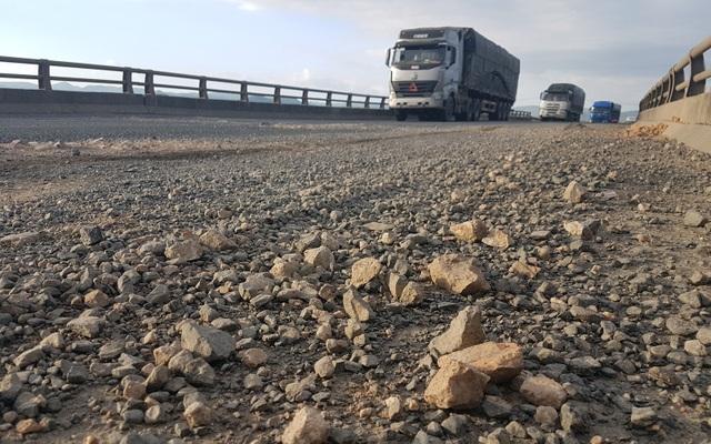 Bên cạnh tồn tại ổ gà, nhiều đoạn trên QL1 còn xuất hiện nhiều đá dăm dễ gây trơn trượt cho người tham gia giao thông, đặc biệt là xe mô tô, gắn máy
