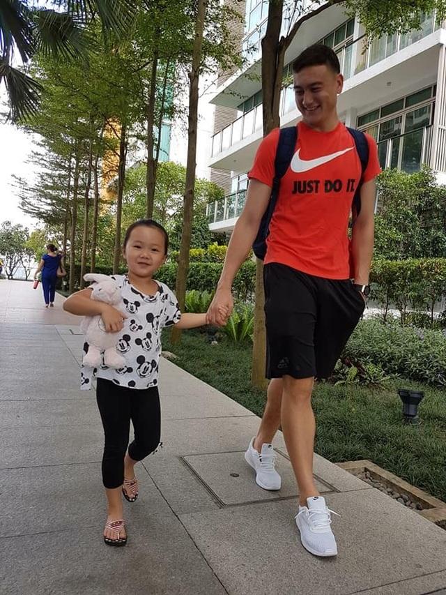 Lâm Nga đưa con gái Linh Nga đi chơi.