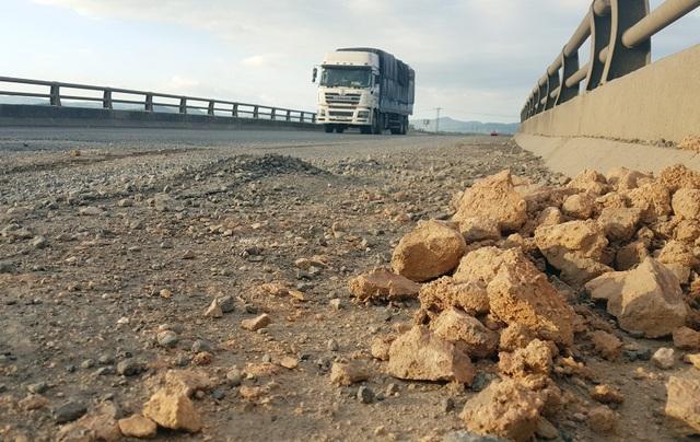 Nhiều điểm vá, các đơn vị thi công vứt đất sét và đá cục ngay bên lề đường