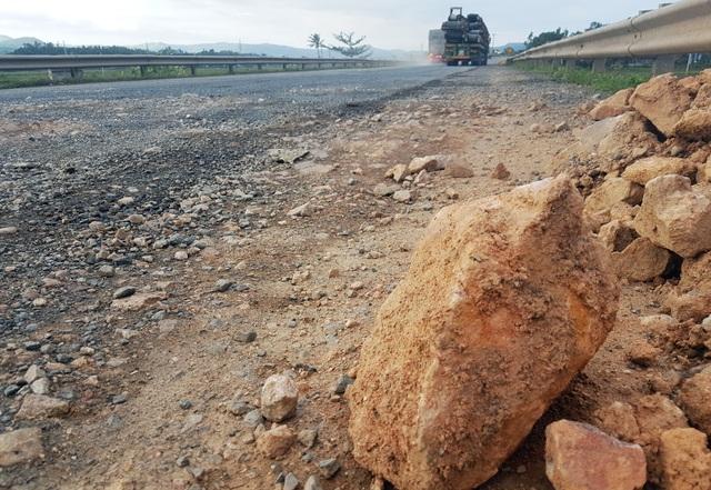 Nhiều cục đá rất to...