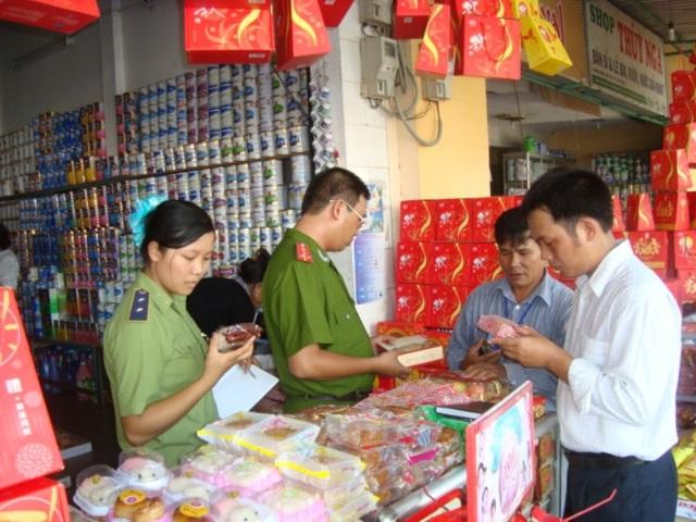 Kiểm tra bánh kẹo hàng hóa dịp tết Trung thu.