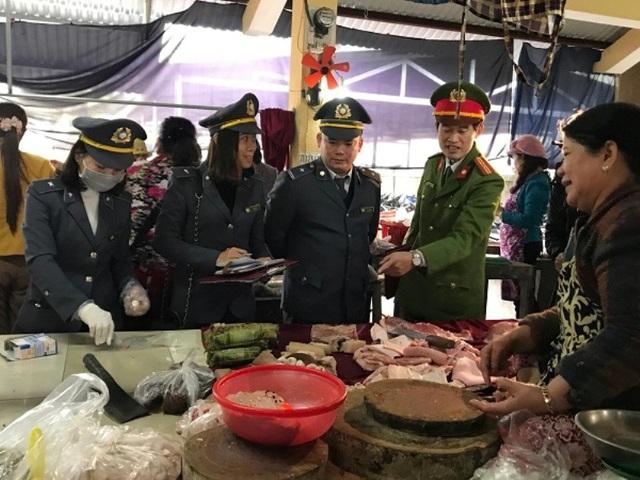 Lực lượng chức năng kiểm tra thực phẩm tại các chợ đầu mối.