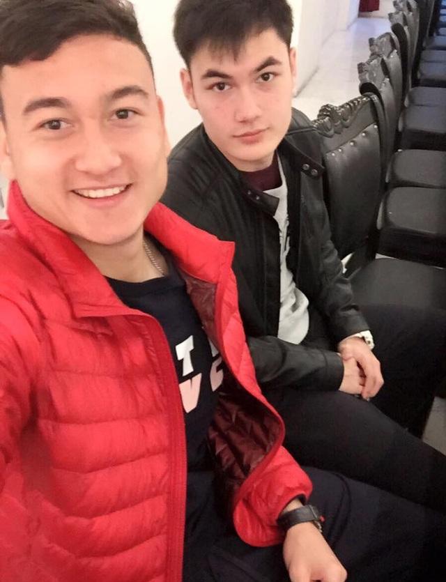 Cậu em trai của thủ môn Văn Lâm cũng gây chú ý khi sở hữu vẻ ngoài sáng láng không kém anh trai của mình. Đặng Văn Mạnh sinh năm 1997 tại Nga, vẻ đẹp lai cũng mang đến cho Văn Mạnh nét cuốn hút rất riêng.