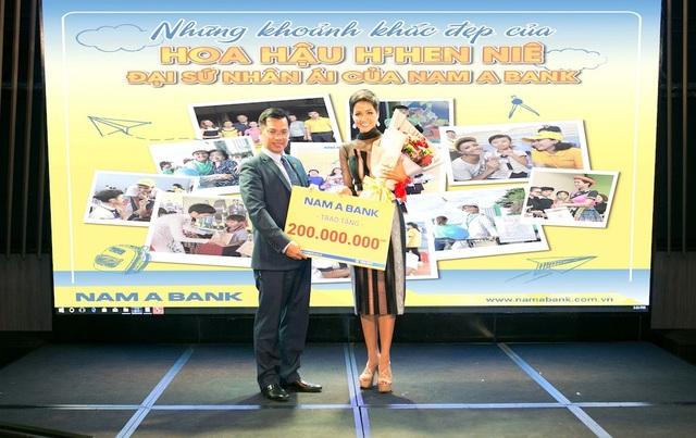 Ông Trần Ngọc Tâm - Tổng Giám đốc Nam A Bank trao tặng tiền thưởng cho Top 5 Miss Universe 2018 H'Hen Niê.