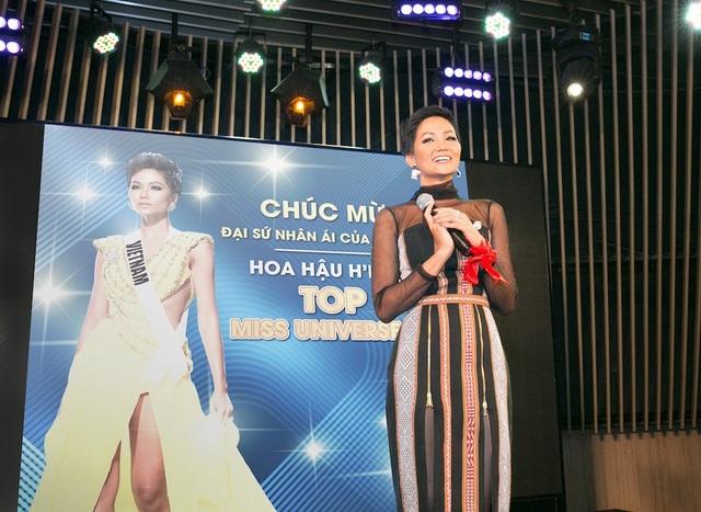 H'Hen Niê rạng rỡ sau khi trở về từ cuộc thi Hoa hậu hoàn vũ 2018.