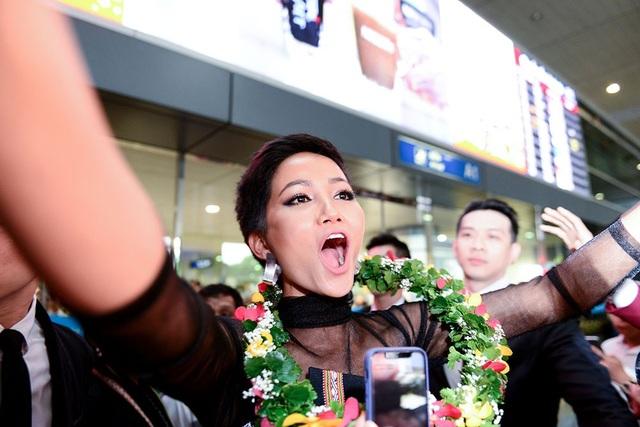 Trên tay Hen luôn vẫy cao lá cờ Việt Nam trong vòng vây cuồng nhiệt của người hâm mộ.