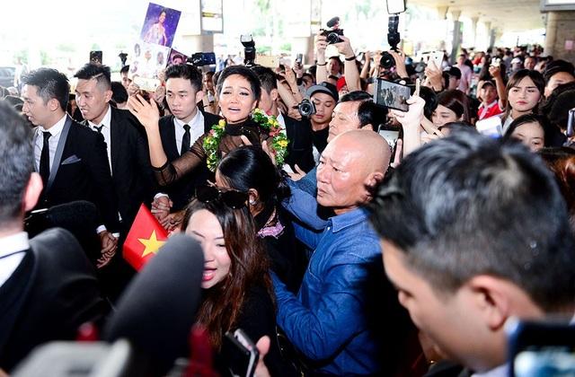 Hàng ngàn người hâm mộ với băng rôn và cờ, hoa gọi vang tên Hoa hậu H'hen Niê. Không khí chào đón tưng bừng và cuồng nhiệt. Không nén được xúc động, Hhen Niê đã bật khóc trong vòng vây người hâm mộ.