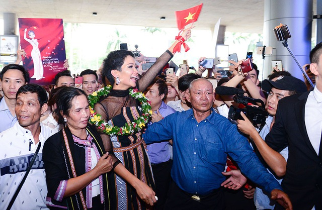 H'hen Niê diện trang phục áo dài kết hợp cùng trang phục dân tộc khi xuất hiện trước truyền thông và khán giả. Ba mẹ Hen cũng xuất hiện tại sân bay cùng với cô, cả hai đã sang Thái Lan ủng hộ con gái trong đêm thi chung kết.