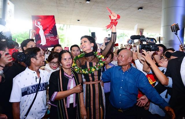Trong phần livesteam từ trang Hoa hậu Hoàn vũ Việt Nam, rất đông người hâm mộ Thái Lan cũng theo dõi và để lại nhiều thông tin chia sẻ, ủng hộ Hen.