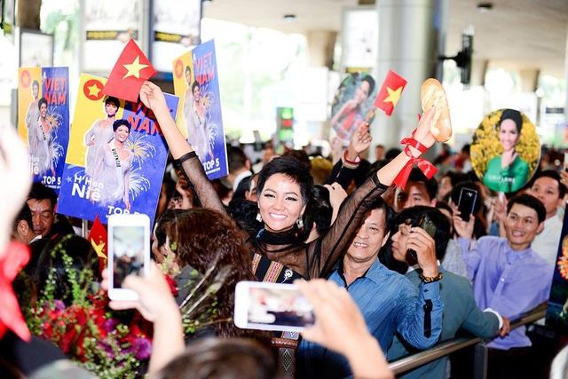 Hhen Niê cầm trên tay ổ bánh mì do người hâm mộ mang đến cho cô, đây cũng là biểu tượng trong trang phục dân tộc được Hhen Niê gây ấn tượng với khán giả trong cuộc thi Hoa hậu Hoàn vũ.
