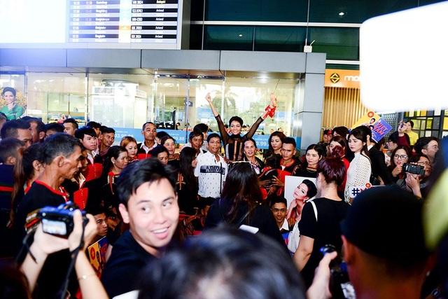 15h55 H'Hen xuất hiện tại cổng sân bay Tân Sơn Nhất, rất đông đảo khán giả và truyền thông đang chờ đón Hoa hậu Hoàn vũ Việt Nam.