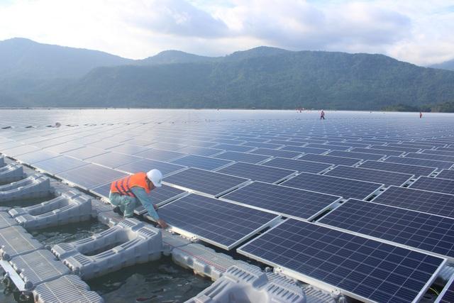 Cán bộ theo dõi dự án điện mặt trời Đa Mi kiểm tra các tấm pin năng lượng mặt trời. (Ảnh: Thành Đạt)
